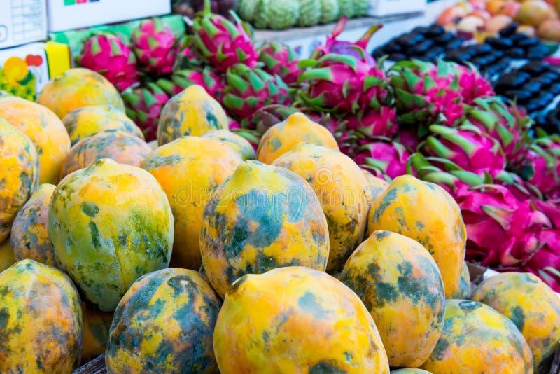 关闭在市场显示的新鲜的异乎寻常的果子 选择聚焦 免版税图库摄影