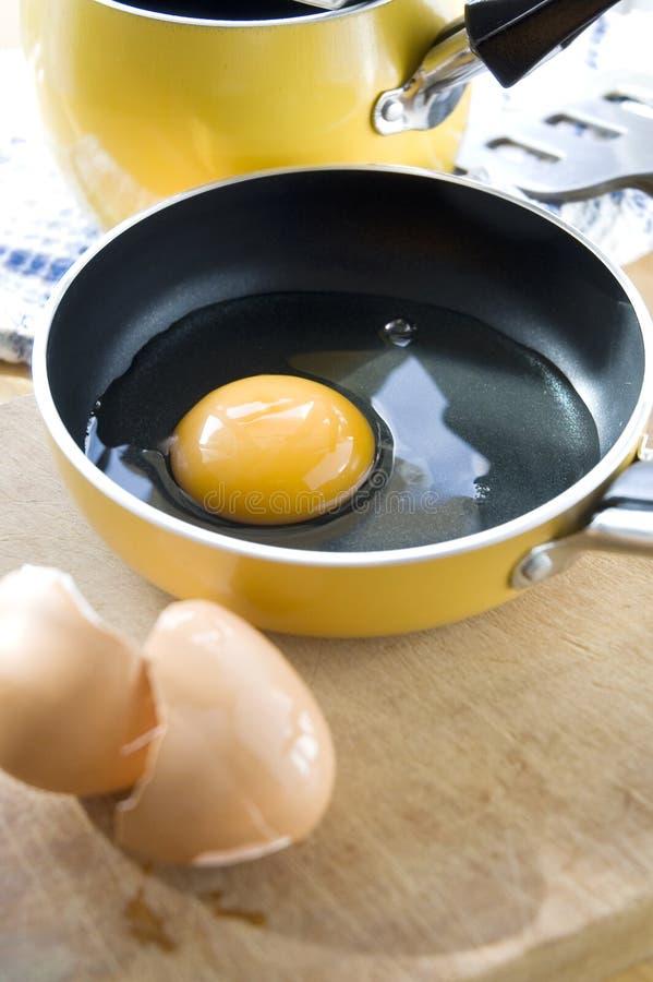 关闭在平底锅的卵黄质 免版税库存照片
