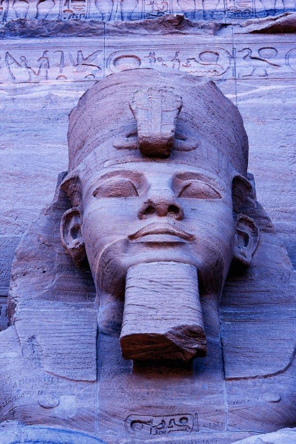 关闭在拉姆西斯II阿布格莱布Simbel联合国科教文组织世界遗产名录站点埃及伟大的寺庙的雕塑  库存照片
