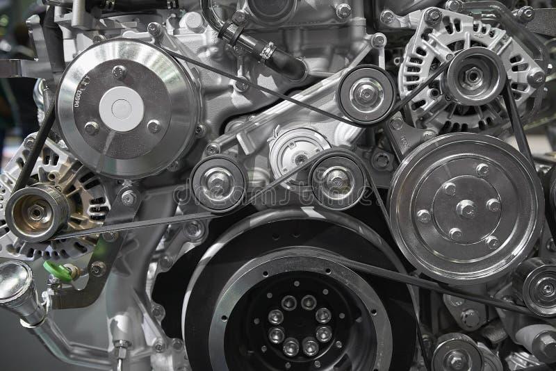 关闭在新的卡车柴油引擎马达传送带、滑轮、齿轮、交流发电机和其他引擎设备的看法 被装配的卡车柴油 免版税库存图片