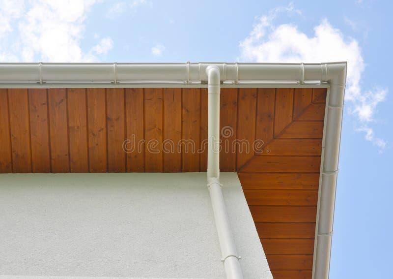 关闭在新的雨天沟,水落管,下端背面板,招牌板设施 免版税库存照片