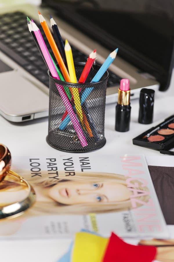 关闭在时尚书桌的一支不同的铅笔的颜色。 库存图片