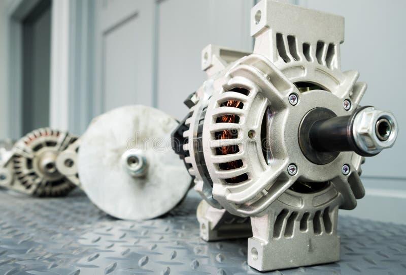 关闭在显示的汽车交流发电机在金属架子/汽车零件 库存图片