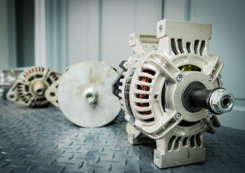 关闭在显示的汽车交流发电机在金属架子/汽车零件 免版税库存图片