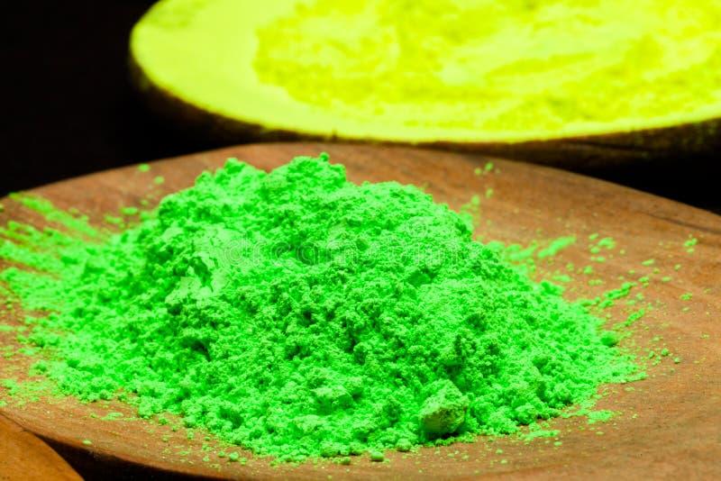 关闭在木匙子的绿色粉末颜色 库存照片