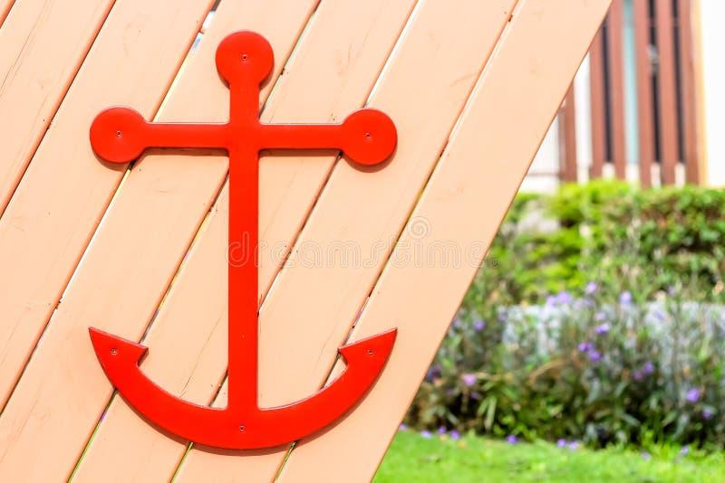 关闭在木墙壁上的水手标志 免版税库存照片