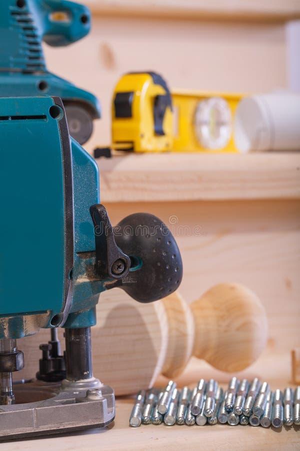 关闭在木材加工工具的看法在木板 免版税库存照片