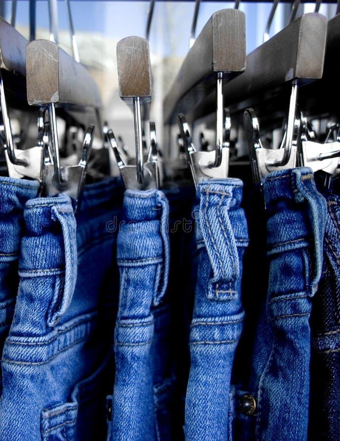 关闭在机架的牛仔裤 库存图片