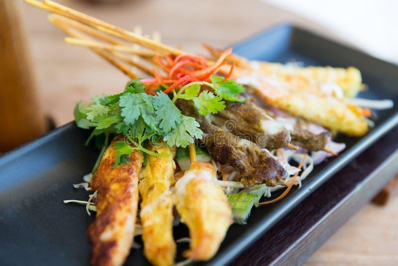 关闭在板材的油炸亚洲快餐 免版税库存图片