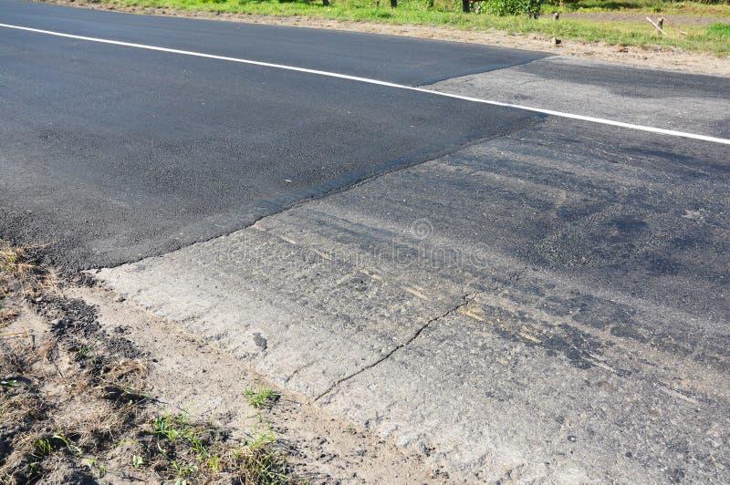 关闭在柏油路修理 放置新的柏油路 免版税库存图片