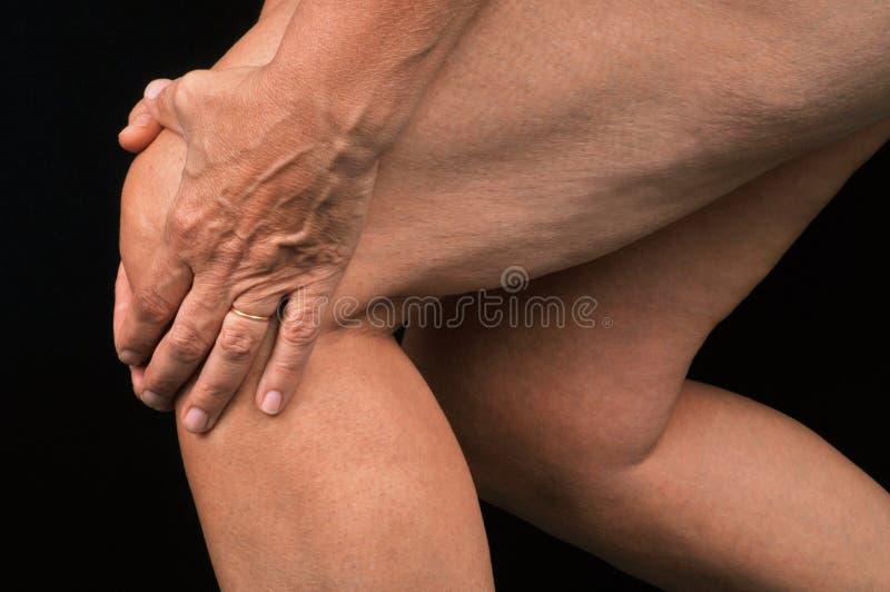 关闭在某人充满膝盖痛苦 免版税库存照片