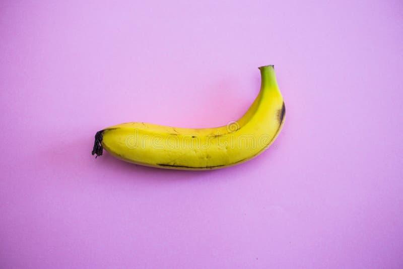 关闭在桃红色背景的一个香蕉 免版税库存图片