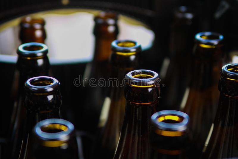 关闭在案件的棕色空的啤酒瓶 免版税库存图片