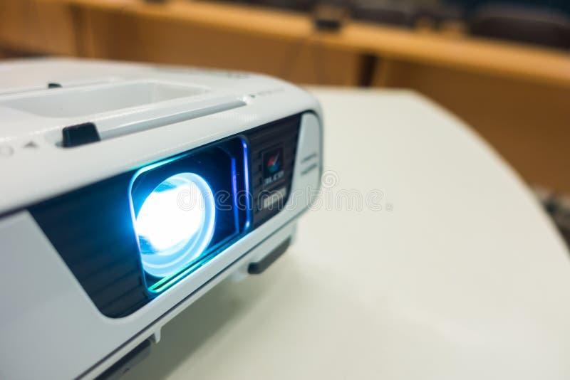 关闭在桌上的放映机 免版税库存照片