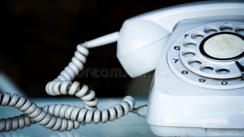 关闭在桌上的葡萄酒转台式电话 葡萄酒转台式输送路线电话或导线电话联络的我们概念 免版税库存照片