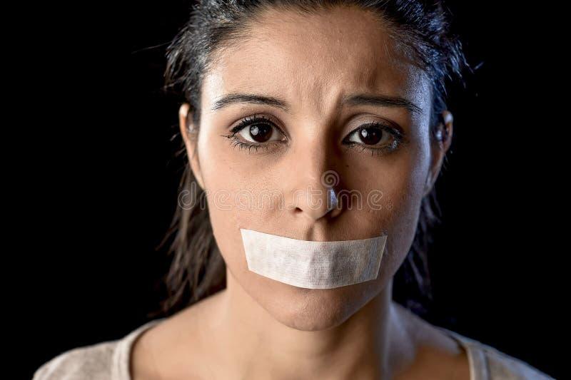 关闭在橡皮膏密封的年轻可爱的妇女和嘴唇画象有嘴的被克制 库存图片