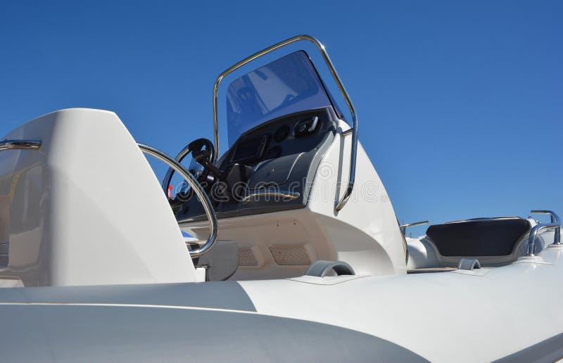 关闭在汽艇,快艇细节 汽艇、快艇或者快速汽艇是由引擎供给动力的小船 免版税库存照片