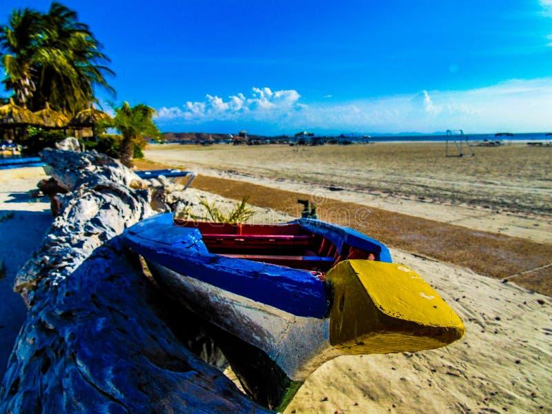 关闭在海滩的一条小船 免版税库存图片