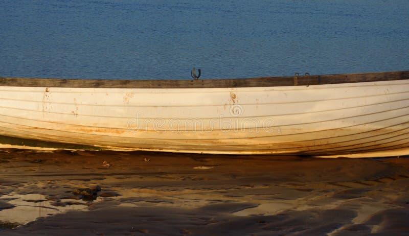 关闭在海滩的小船 库存图片