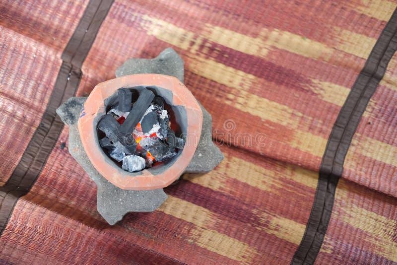 关闭在火炉的热的黑煤炭 库存照片