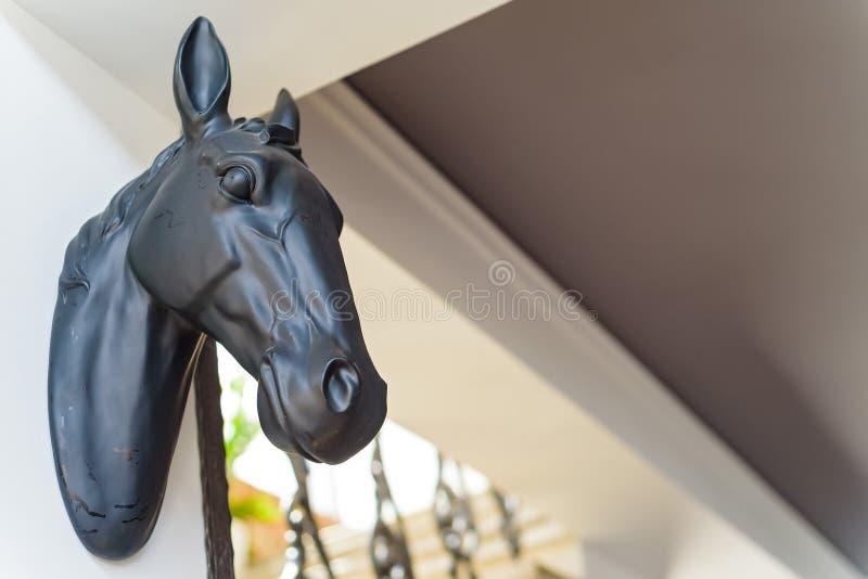 关闭在用于装饰的墙壁上的马头 库存图片