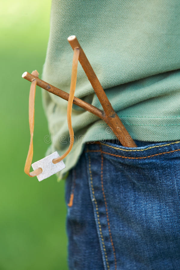关闭在男孩的口袋的弹弓 图库摄影