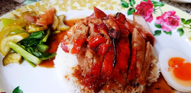 关闭在白米的烤或烤鸭用红色甜调味汁,一半煮沸的鸭子鸡蛋 库存图片