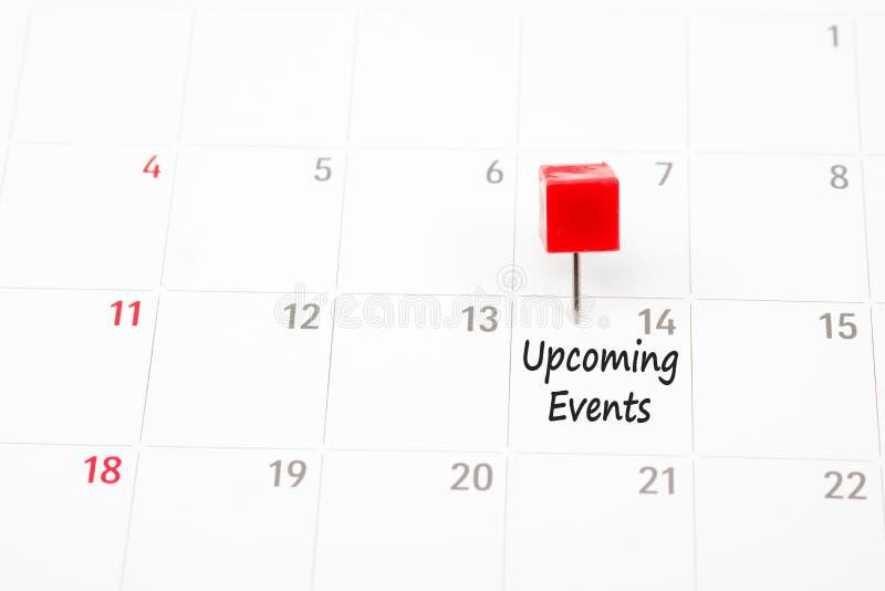 关闭在白色日历的红色别针 免版税库存图片