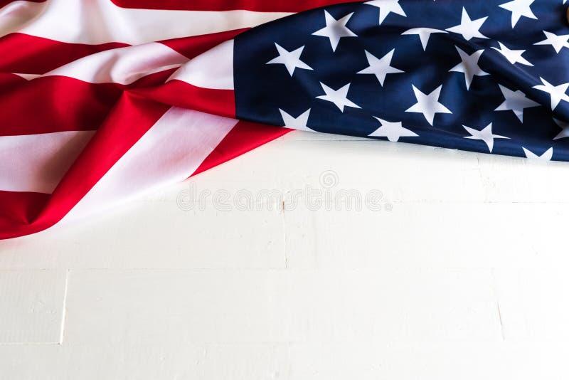 关闭在白色木的美利坚合众国旗子 库存照片