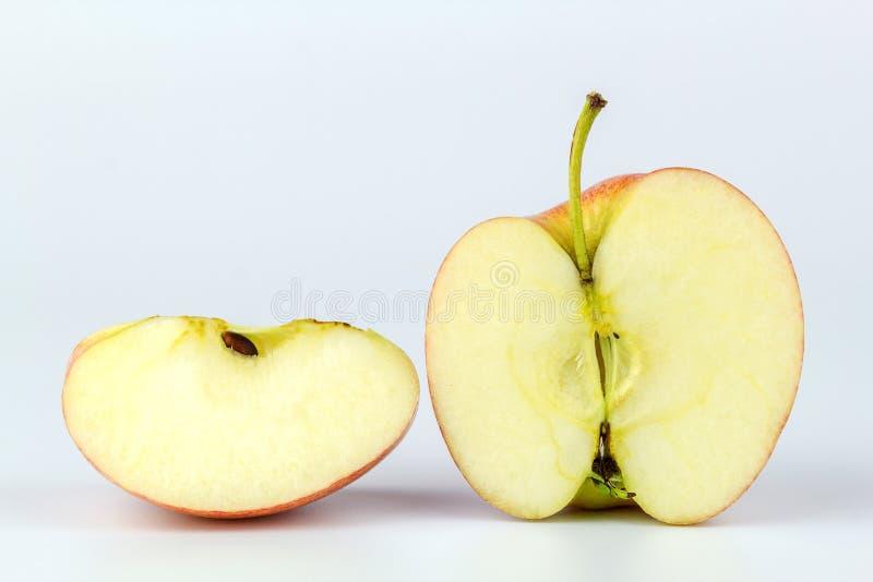 关闭在白色背景隔绝的切的苹果 免版税库存照片