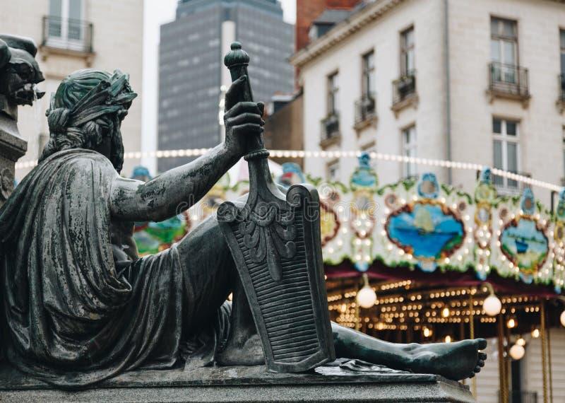 关闭在皇家正方形的一个雕象与喷泉在南特市在法国 免版税库存照片