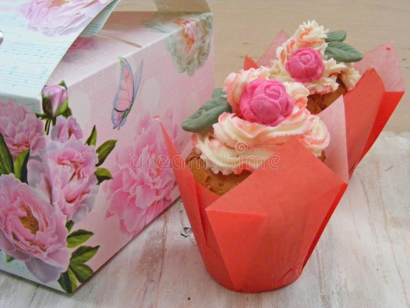 关闭在破旧的背景的俏丽的玫瑰杯形蛋糕春天图片 免版税库存图片