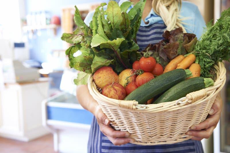 关闭在篮子的新鲜农产品在农厂商店 免版税图库摄影