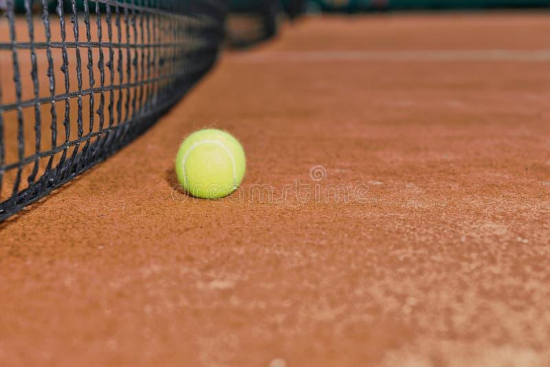 关闭在红土网球场的网球 免版税库存照片