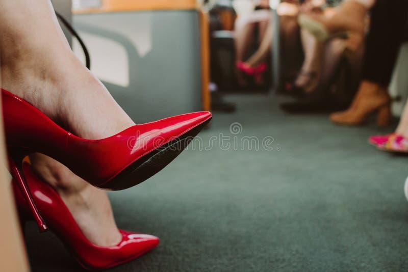 关闭在红色脚跟,女孩去党 库存照片