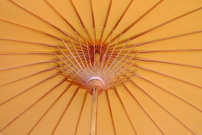关闭在纸伞的淡黄色东方样式里面 免版税图库摄影
