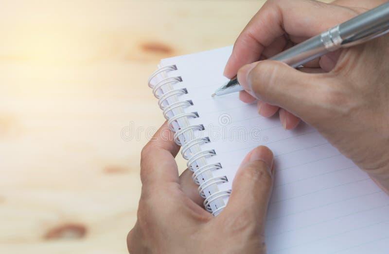 关闭在纸的手文字 关闭写在纸的人 免版税库存图片
