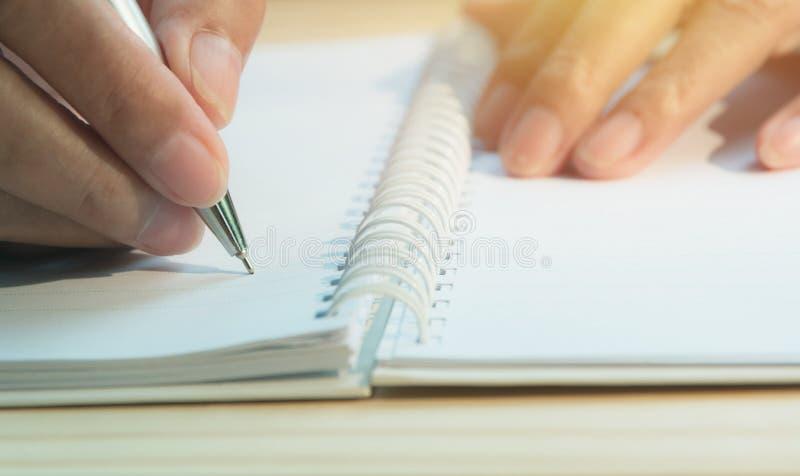 关闭在纸的手文字 关闭写在纸的人 免版税库存照片