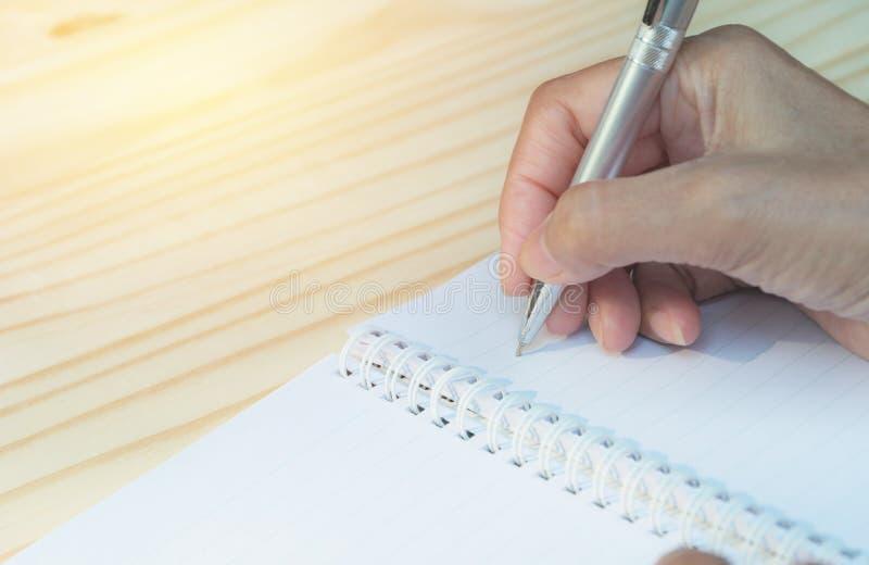 关闭在纸的手文字 关闭写在纸的人 库存照片
