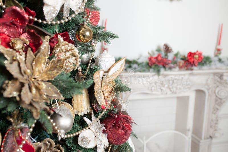 关闭在绿色圣诞节和金子装饰的装饰红色 免版税库存照片