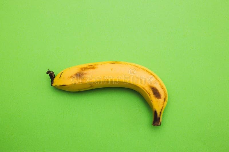 关闭在绿色背景的一个香蕉 库存图片