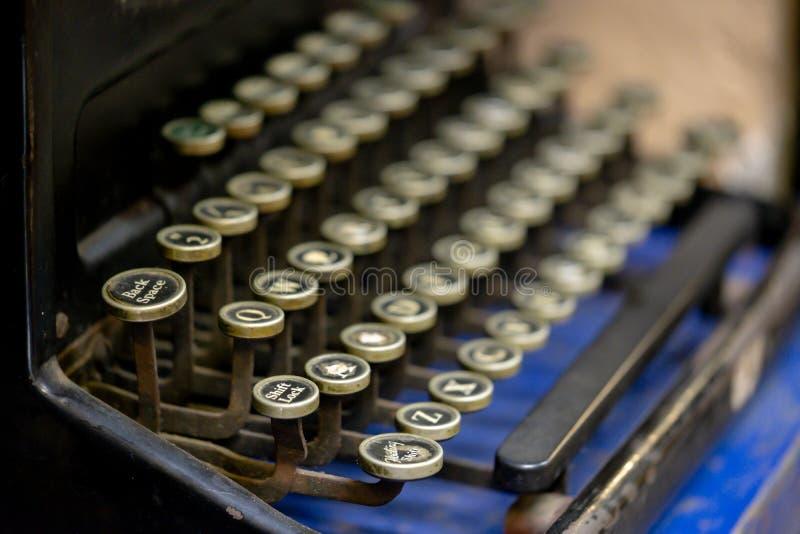 关闭在葡萄酒手工打字机的字母表钥匙 库存图片