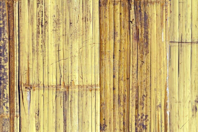 关闭在葡萄酒样式处理的棕色竹篱芭背景 免版税库存照片