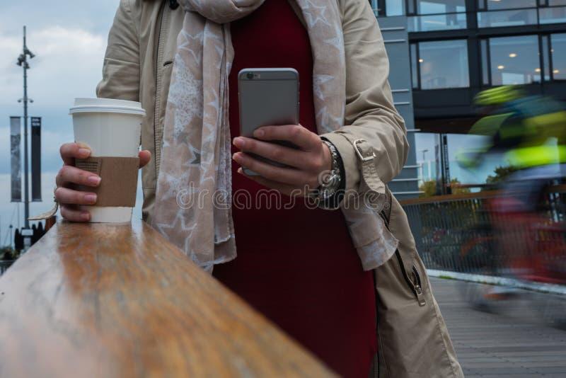 关闭在街道上的智能手机 库存照片