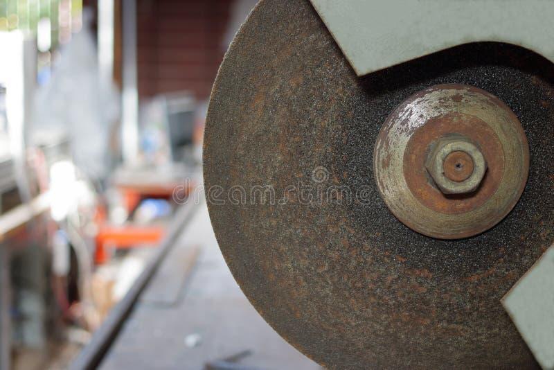 关闭在被弄脏的背景的金属切削磨蚀刀片 库存照片