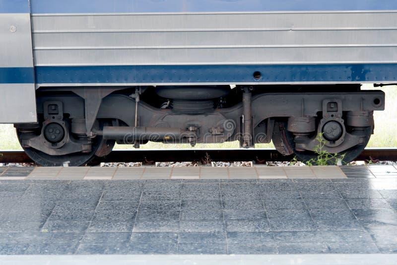 关闭在轨道的路轨轮子在火车站 库存图片