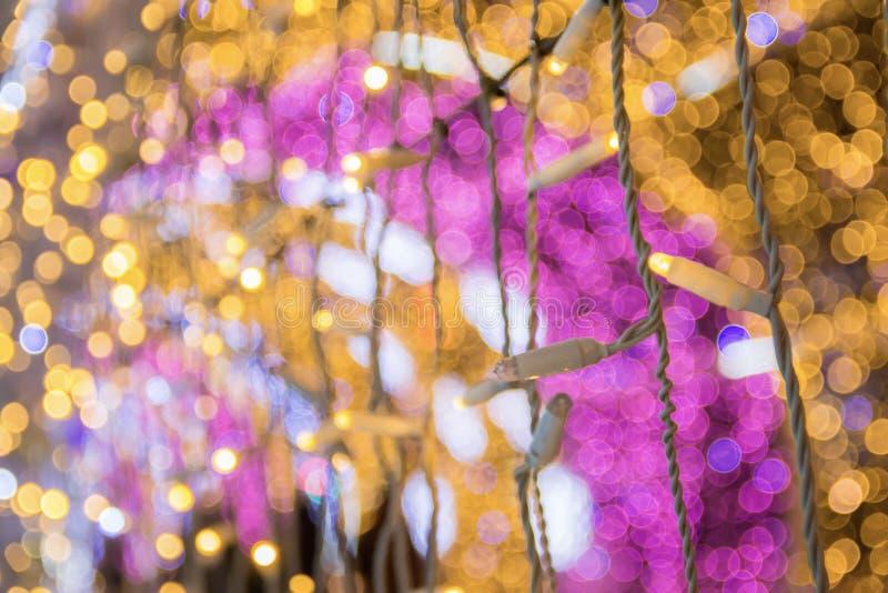 关闭在轻的隧道的色的电灯泡 圣诞节街道装饰,新年准备在城市 图库摄影