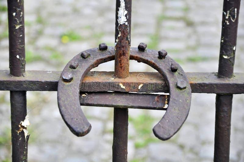 关闭在金属的马掌 免版税库存图片