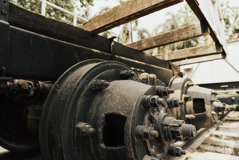 关闭在铁路轨道的生锈的轮子火车 免版税图库摄影