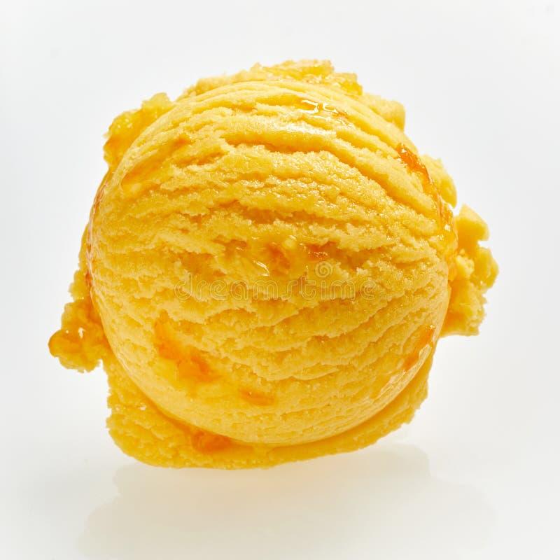 关闭在鲜美西番果冰淇凌瓢  免版税图库摄影